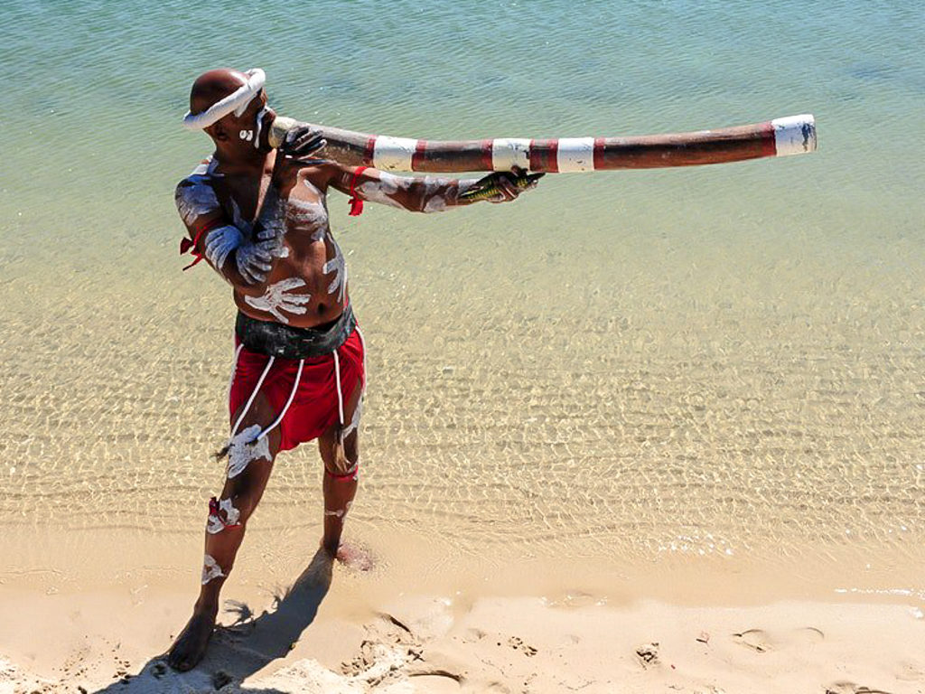 aboriginal walangari karntawarra plays didgeridoo
